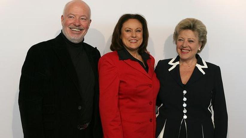 Die Lindenstraßen-Schauspieler Bill Mockridge (links) und Marie Luise Marian (rechts) mit der WDR-Intendantin Monika Piel