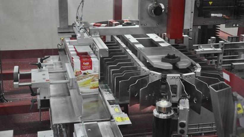 Eine Maschine schiebt Kartons zusammen