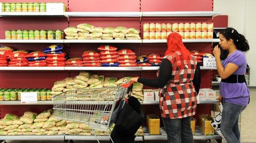Kunden in einem der fünf Wiener Sozial-Supermärkte. Einkaufen dürfen hier nur Menschen mit einem Höchsteinkommen von 893 Euro
