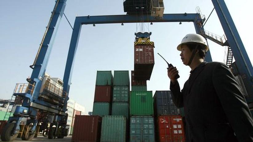 Infrastruktur für die Exportnation: Im neuen Containerhafen von Wuhan, China, wird ein Schiff beladen.