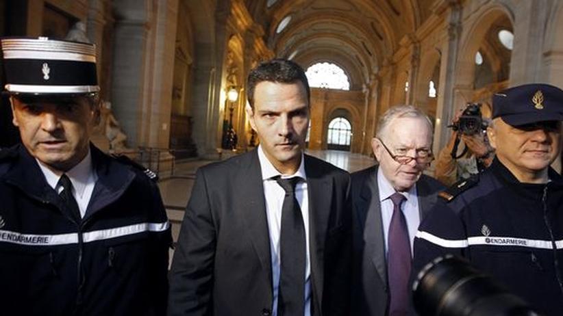Jerome Kerviel (Mitte) im Gerichtsgebäude, begleitet von zwei Gendarmen und seinem Anwalt (zweiter von rechts)