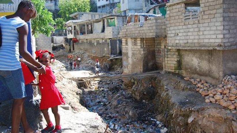 Bewohner von Cité 9, einer Siedlung im Südosten der haitianischen Hauptstadt in Port-au-Prince, auf dem Weg in ihr Viertel.
