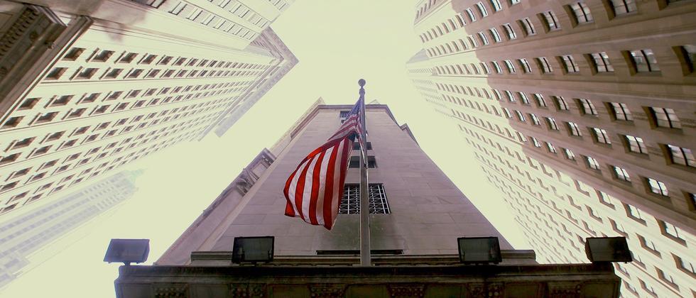Die amerikanische Flagge weht vor der New York Stock Exchange
