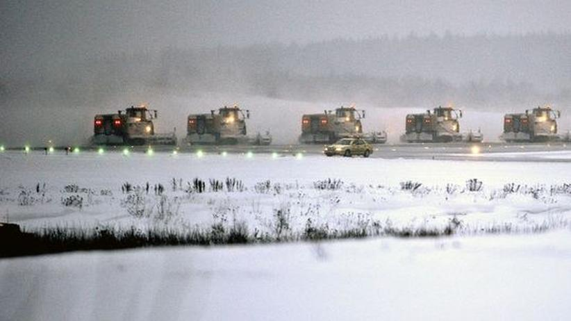 Schneeräumung: Schneeschieben auf der Rollbahn in Stockholm
