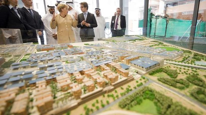 Bundeskanzlerin Angela Merkel lässt sich bei ihrem Besuch in Abu Dhabi das Modell von Masdar, der weltweit ersten C02-freien Stadt, zeigen