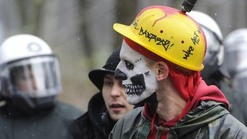 Deutschland: Ein Demonstrant protestiert Ende November 2010 vor dem Brandenburger Tor gegen das Sparpaket der Regierung