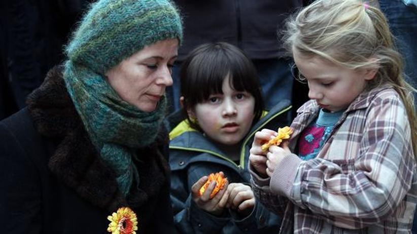 Teilnehmer einer Anti-Atom-Demonstration auf der Kölner Domplatte