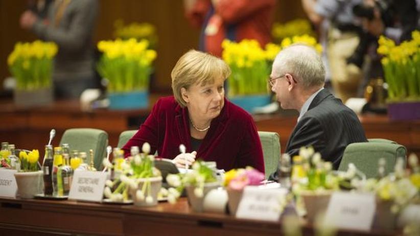 Europas Währung: Bundeskanzlerin Angela Merkel und der Präsident des Europäischen Rats Herman Van Rompuy im Gespräch auf dem jüngsten EU-Gipfel vor wenigen Tagen in Brüssel