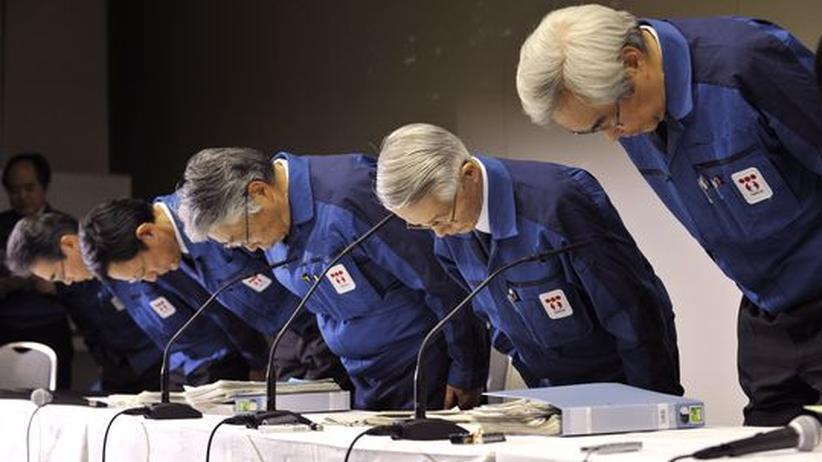 Der Tepco-Verwaltungsratsvorsitzende Tsunehisa Katsumata (zweiter von rechts), Vizechef Takashi Fujimoto (dritter von rechts) und andere Manager des Unternehmens verbeugen sich auf einer Pressekonferenz des Unternehmens tief.
