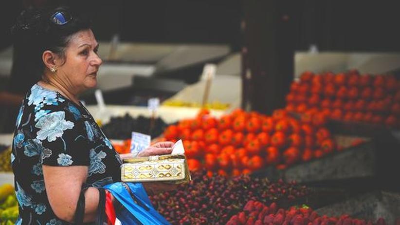 Europa: Kundin auf einem Markt in Athen