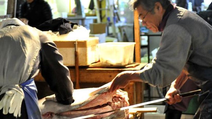 Fischerei in Japan: Fischhändler zerlegen auf dem Tsukiji-Fischmarkt in Tokyo einen Thunfisch.