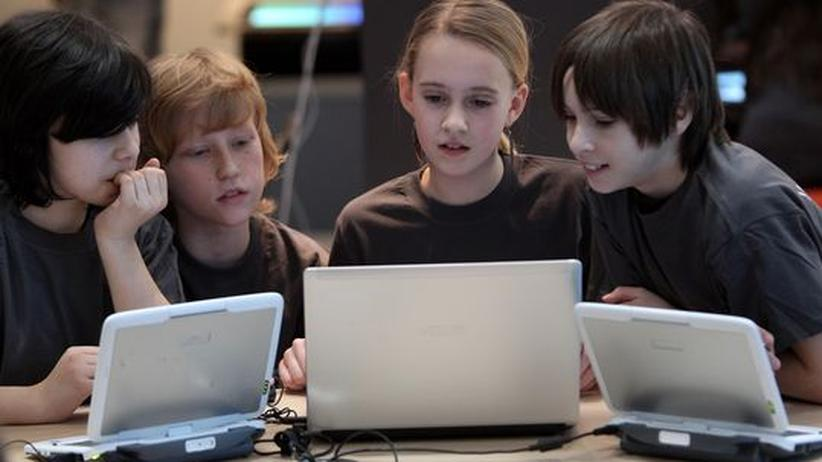 Kinder testen Laptops auf der Computermesse Cebit in Hannover