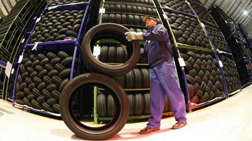 Ein Mitarbeiter einer Reifenfirma während der Arbeit