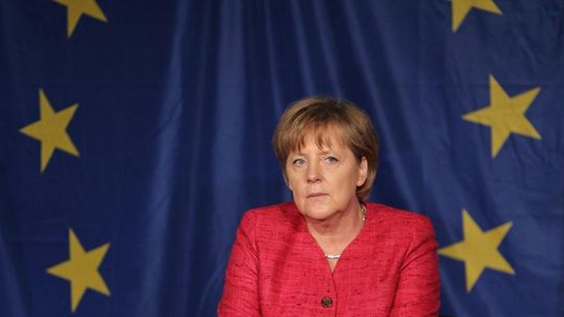 Euro-Krise: Bundeskanzlerin Angela Merkel vor einer Europafahne