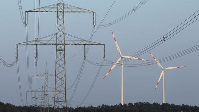 Energieversorgung: Hochspannungsmasten vor Windrädern in der Nähe von Freiwalde