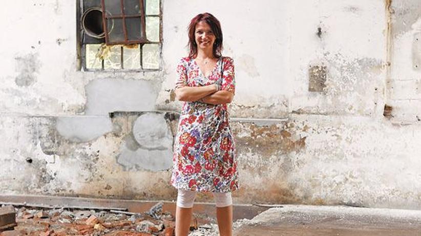 Sozialunternehmerin Sandra Schürmann in einer leeren Fabrikhalle in Witten