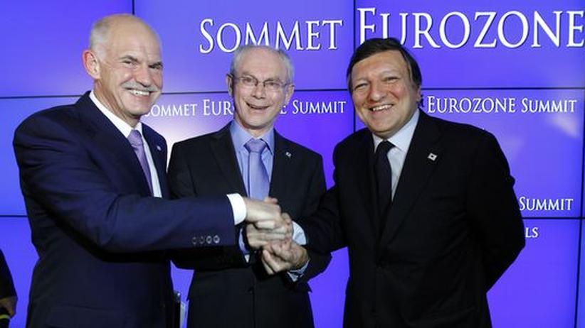 Schuldenkrise: Griechenlands Premier Giorgos Papandreou (l.), EU-Ratspräsident Herman van Rompuy und EU-Kommissionspräsident José Manuel Barroso (r.) nach dem EU-Gipfel in Brüssel