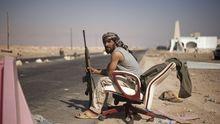 Ein libyscher Rebell hält Wache an einem Checkpoint nahe des Ölhafens von Ras Lanuf.