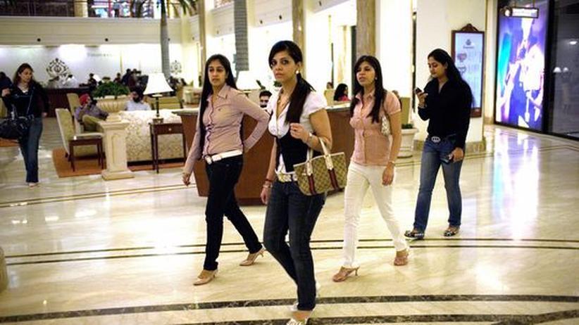 Junge Inderinnen beim Shopping in einer einer Luxus-Mall in Neu Dehli