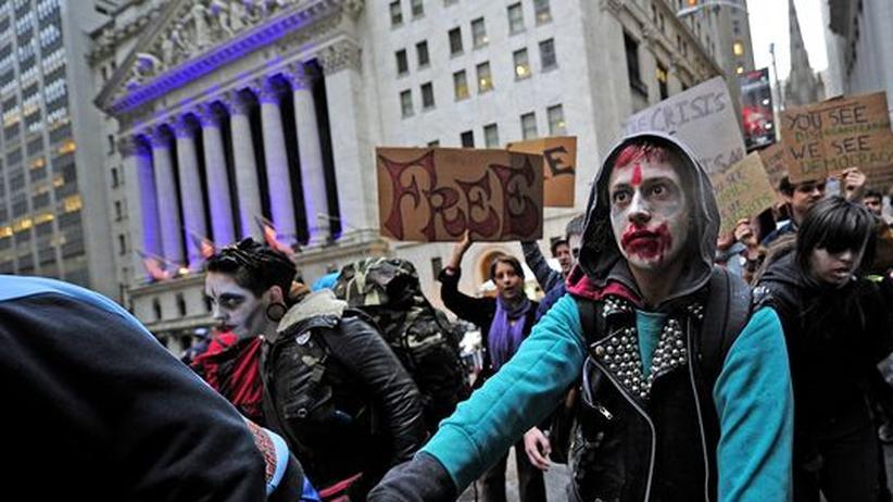 Als Zombies verkleidete Demonstranten protestieren vor der Börse in New York gegen die Macht der Finanzbranche.