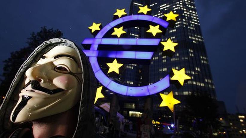 Ein Demonstrant der Occupy-Bewegung mit einer Maske von Guy Fawkes vor der EZB in Frankfurt am Main
