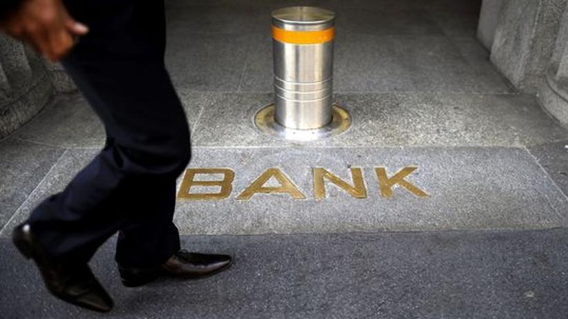 Schweizer Banken: Ein Mann vor dem UBS-Hauptsitz in Zürich im September