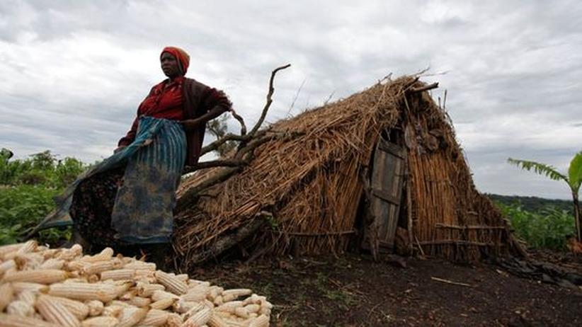 Uganda: Eine Bäuerin neben ihrer provisorischen Hütte. Wie viele andere wurde sie gezwungen, das Land zu verlassen, auf dem sie vorher lebte und das jetzt NFC bewirtschaftet.