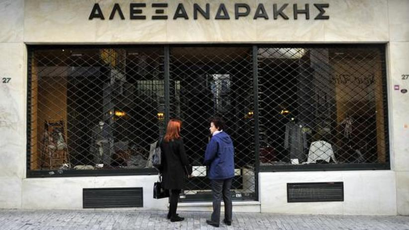 Frauen vor einem geschlossenen Geschäft in Athen