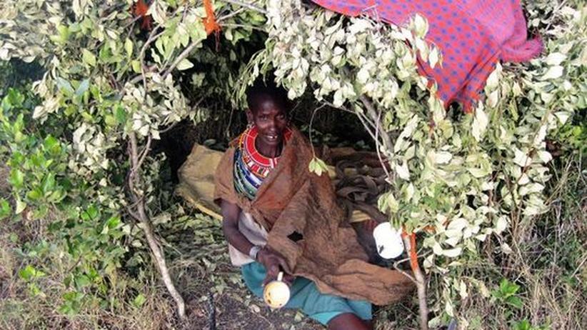 Ressourcenkonflikt: Eine vertriebene Samburu-Frau in ihrem notdürftig zusammengebauten Unterschlupf