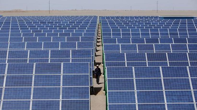 Ein chinesischer Techniker in der Solaranlage Dunhuang