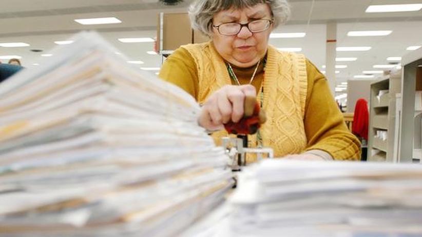 Eine Mitarbeiterin der Steuerbehörde von Covington im US-Staat Kentucky bearbeitet Steuererklärungen.