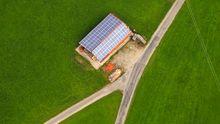 Solarzellen auf dem Dach eines Bauernhofs im bayrischen Peiting (Archivbild).