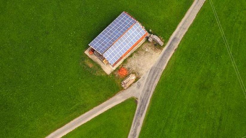 Öko-Institut zu Solarförderung: Solarzellen auf dem Dach eines Bauernhofs im bayrischen Peiting (Archivbild).