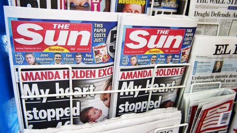 """Die erste Ausgabe der britischen Zeitung """"The Sun on Sunday"""" am 26. Februar 2012 an einem Londoner Kiosk"""