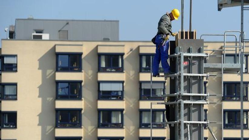 Steuerpolitik: Ein Arbeiter auf einer Baustelle in Essen