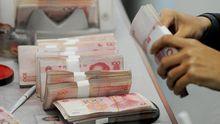 Chinesische Geldscheine in einer Bank in Shanghai