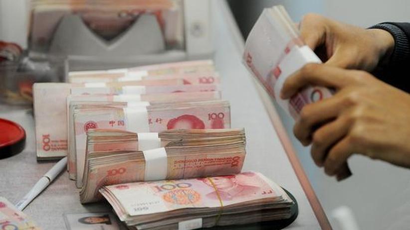 Devisenhandel: Chinesische Geldscheine in einer Bank in Shanghai