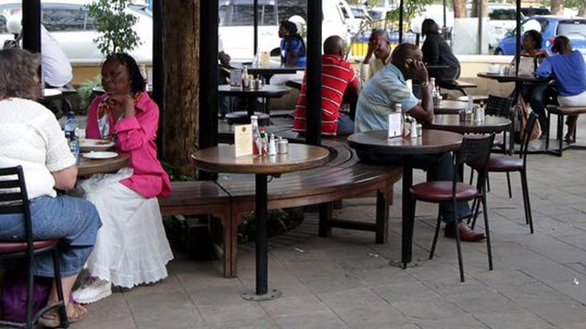 Kunden auf der Veranda eines Kaffeehauses in Nairobi