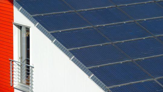 Solarzellen auf einem Hausdach, Freiburg