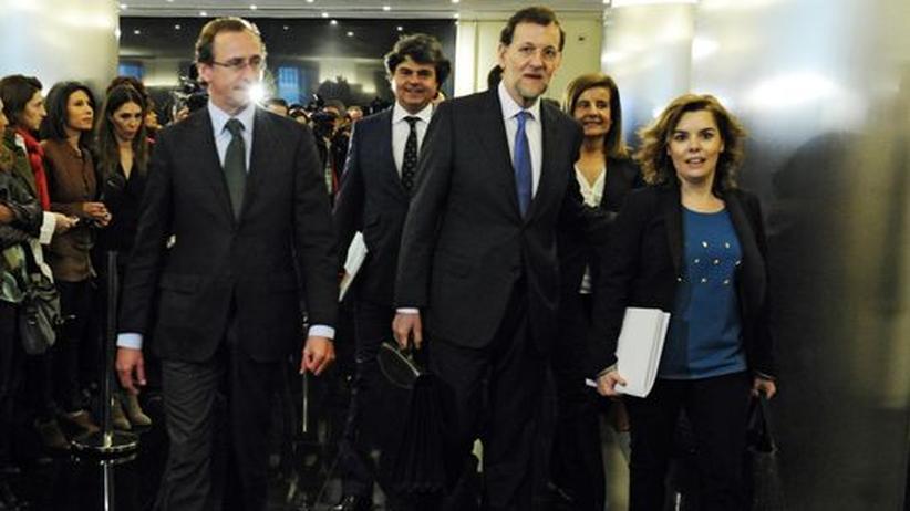 Schuldenkrise: Spaniens Premier Mariano Rajoy (Mitte) mit Mitgliedern seines Kabinetts