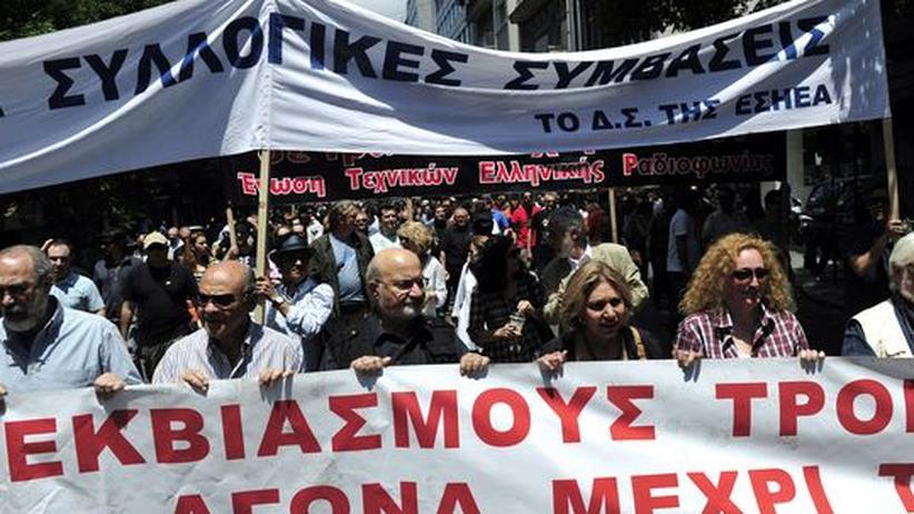 Journalisten demonstrieren in Athen gegen Stellenstreichungen und Lohnkürzungen (Archivbild).