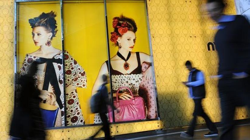 Rio+20-Konferenz: Passanten vor Luxuswerbung in Sydney