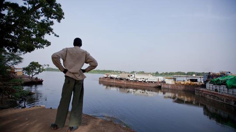 Knappe Ressourcen: Im Hafen von Juba, Südsudan, schaut ein Mann auf den Nil.