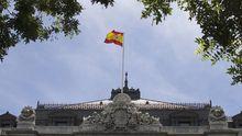 Die spanische Fahne weht über der Nationalbank in Madrid.