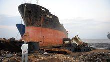Schiffsrumpf am Strand von Alang, Indien (2011)