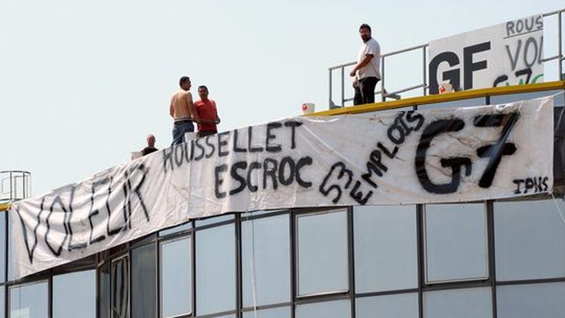 Wirtschaftskrise: Auf dem Dach des bankrotten Unternehmens MGF Evolutions, das zur G7-Gruppe gehört, protestieren Arbeitnehmer gegen ihre Entlassung.