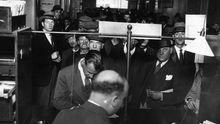 Arbeitslose Männer stehen 1930 für Tagelöhner-Jobs in Snow Hill in Maryland, USA, an.