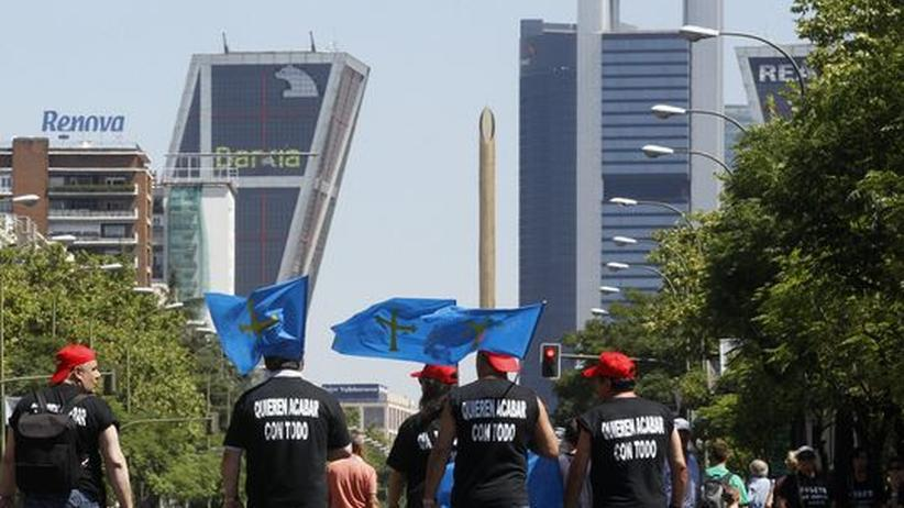 Euro-Rettungsschirm: Die Wirtschaftskrise belastet Spanien: Demonstranten auf dem Weg zu einer Protest-Aktion in Madrid gegen die Sparmaßnahmen der spanischen Regierung.