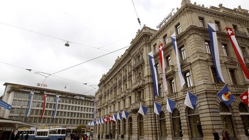 Schweizer Nationalflaggen hängen an den Zentralen der Schweizer Banken Credit Suisse und UBS in Zürich.