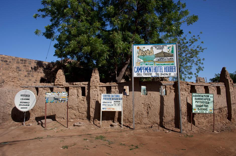 Schilder am Straßenrand werben für ein Hotel und Kulturzentrum in Djenné. Doch die Besucher bleiben seit der islamistischen Machtergreifung in Bamako, der Hauptstadt Malis, aus.